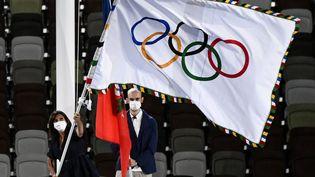La maire de Paris, Anne Hidalgo, reçoit le drapeau olympique, à Tokyo, le 8 août 2021. (JEWEL SAMAD / AFP)