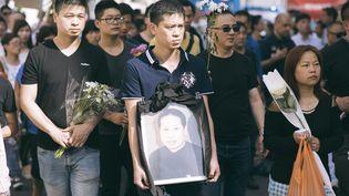 Des membres de la communauté chinoise d'Aubervilliers (Seine-Saint-Denis) manifestent le 14 août 2016 après la mort d'un de leurs membres, agressés quelques jours plus tôt. (DENIS MEYER / HANS LUCAS / AFP)