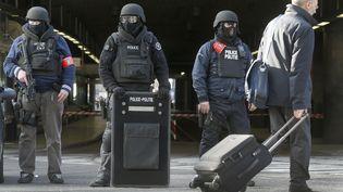 Des policiers montent la garde à la gare du Midi, le 22 mars 2016 à Bruxelles (Belgique). (CHRISTIAN HARTMANN / REUTERS)