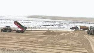Comment les stations balnéaires luttent contre l'érosion qui grignote les plages ? En Normandie, Gouville-sur-Mer (Manche) va chercher du sable chez ses voisins pour rehausser sa plage. Un chantier impressionnant et inédit. (FRANCE 2)