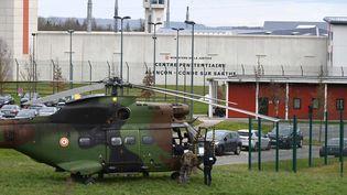 Un hélicoptère est posé devant le centre pénitentiaire de Condé-sur-Sarthe (Orne), le 5 mars 2019. (MAXPPP)