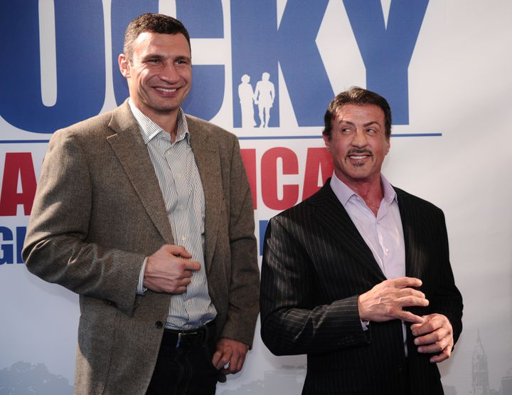 """Vitali Klitschko a participé au projet de la comédie musicale """"Rocky"""" en Allemagne, ce qui lui vaut l'amitié de Sylvester Stallone, ici à Hambourg le 20 novembre 2011. (CHRISTIAN CHARISIUS / AFP)"""