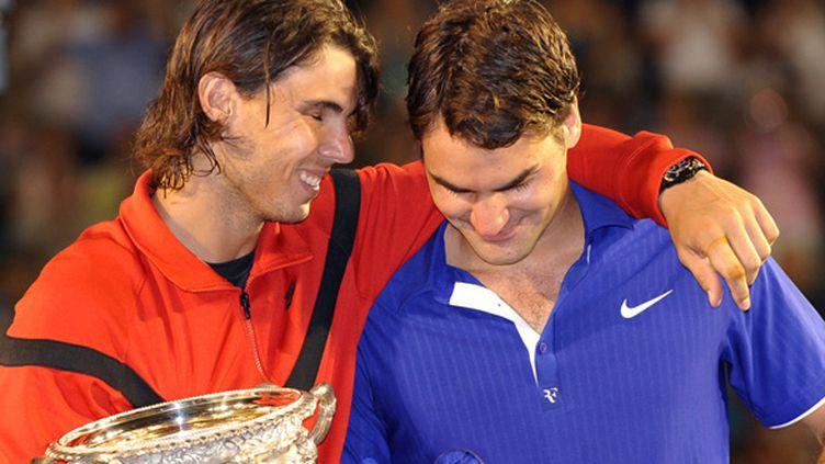 Rafael Nadal console Roger Federer en 2009 à Melbourne (WILLIAM WEST / FILES AFP)