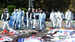 Des enquêteurs sur les leiux de l'attentat qui a fait au moins 95 morts à Ankara (Turquie), samedi 10 octobre. (  REUTERS)