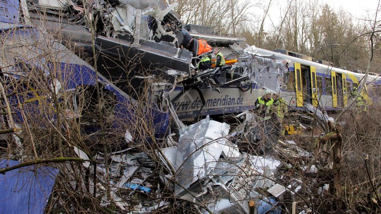 Deux trains régionaux Meridian sont impliqués dans l'accident, qui a eu lieu à proximité de la ville thermale de Bad Aibling. (JOSEF REISNER / DPA / AFP)