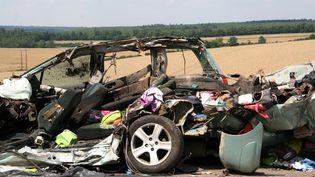 La carcasse d'une voiture après une collision, le 25 juillet 2014, à Saulvaux (Meuse). (DJILALI DJAFER / AFP)