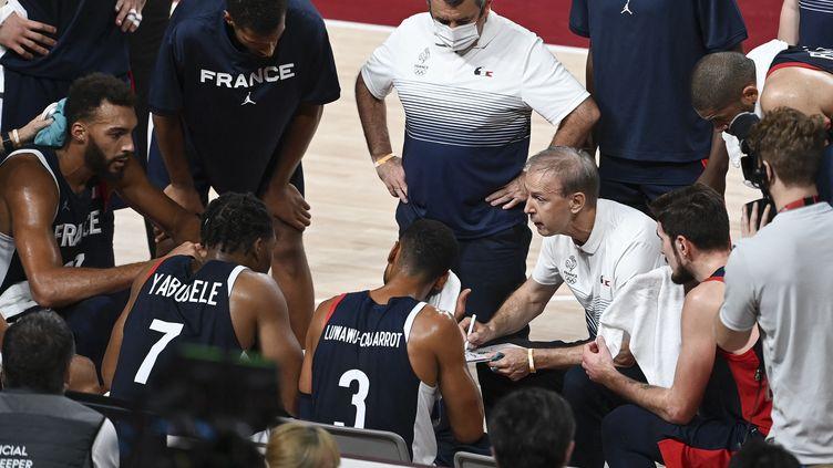 Vincent Collet, le sélectionneur de l'équipe de France, lors d'un temps-mort au milieu de ses joueurs en finale des Jeux olympiques contre les Etats-Unis, le 7 août 2021. (MOHD RASFAN / AFP)