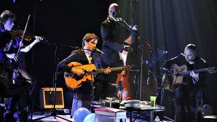 Thomas Dutronc en concert entouré de ses musiciens  (PHOTOPQR/REPUBLIQUE DU CENTRE/MAXPPP)