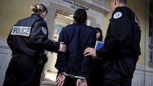 Des policiers escortent un prévenu au tribunal de Rennes (Ille-et-Vilaine). (DAVID ADEMAS / MAXPPP)