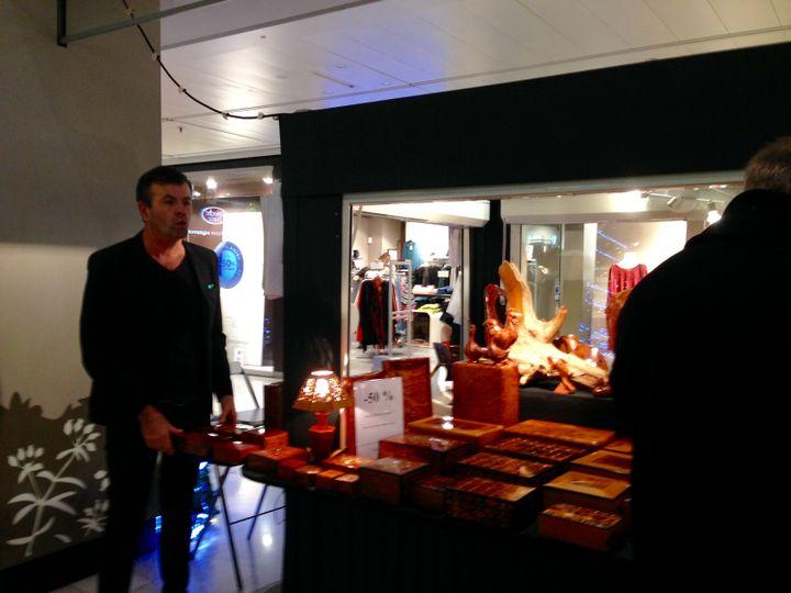 Philippe, devantson stand installé dans le centre commercial de la tour Montparnasse, le 21 décembre 2015. (CAMILLE ADAOUST / FRANCETV INFO)