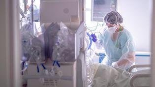 Une soignante dans un service d'urgence et de maladies infectieuses à l'hôpital de Perpignan (Pyrénées-Orientales), le 26 janvier 2021. (ARNAUD LE VU / HANS LUCAS / AFP)