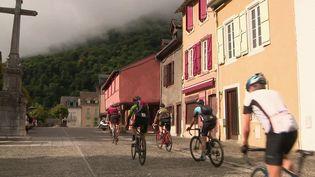 Sur la route du tour de France, des amateurs se frottent au col de la grande boucle.Ces sportifs sont une aubaine pour le secteur touristique. (CAPTURE ECRAN FRANCE 3)