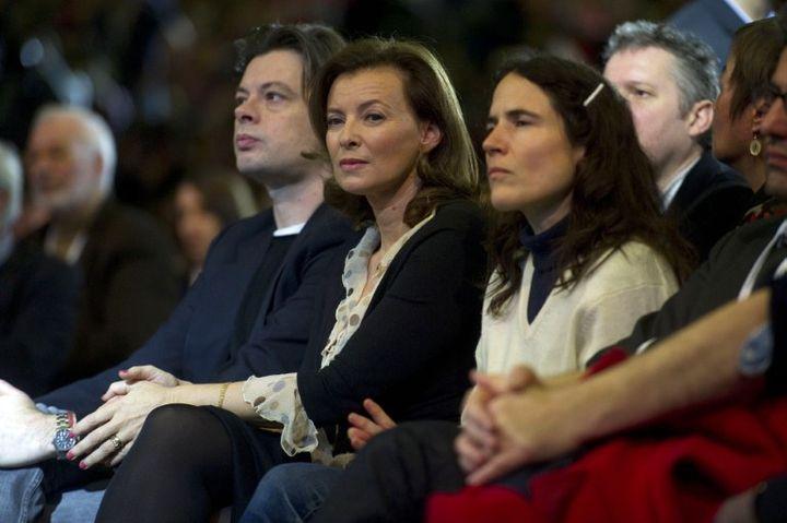 Le chanteur Benjamin Biolay, la journaliste Valérie Trierweiler, compagne du candidat, et Mazarine Pingeot, la fille de François Mitterrand, étaient aussi présents au meeting de François Hollande le dimanche 22 janvier 2012 au Bourget. (FRED DUFOUR / AFP)