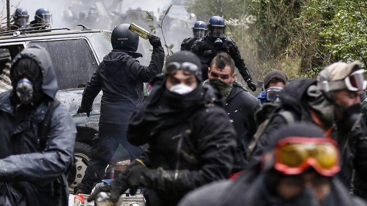 Des affrontements entre zadistes et gendarmes à Notre-Dame-des-Landes (Loire-Atlantique), le 15 avril 2018. (CHARLY TRIBALLEAU / AFP)