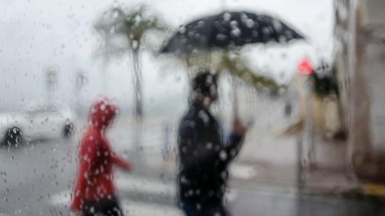 La pluie tombe à Nice (Alpes-Maritimes). Photo d'illustration. (VALERY HACHE / AFP)