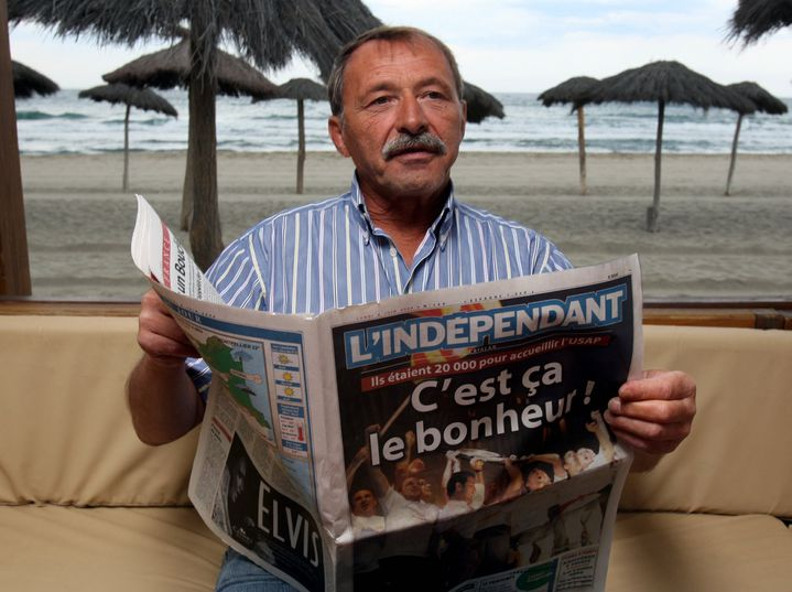 Jacques Brunel, alors coach de Perpignan, tient entre ses mains le journal du titre de champion de France, le 8 juin 2009. (PHILIPPE ROUAH / MAXPPP TEAMSHOOT)