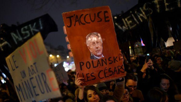 Des militantes féministes manifestent devant la salle Pleyel, à Paris, où se déroule la 45e cérémonie des César, vendredi 29 février 2020. (LUCAS BARIOULET / AFP)