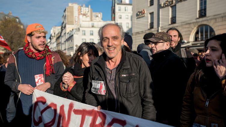 Philippe Poutou lors d'une manifestation de soutien aux réfugiés, le 22 novembre 2015 à Paris. (SERGE TENANI / AFP)