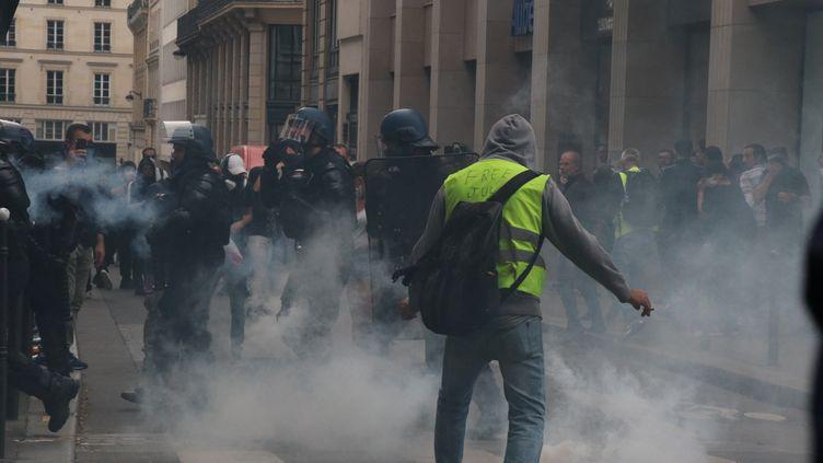Unemanifestation contre le pass-sanitaire à Paris le 11 septembre 2021. (ALAATTIN DOGRU / ANADOLU AGENCY / AFP)