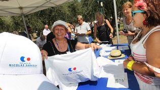 """A la boutique des """"Amis de Sarkozy"""", le 25 août 2012 à Nice, les tee-shirts et les casquettes se vendent comme des petits pains. (NICE MATIN / MAXPPP)"""