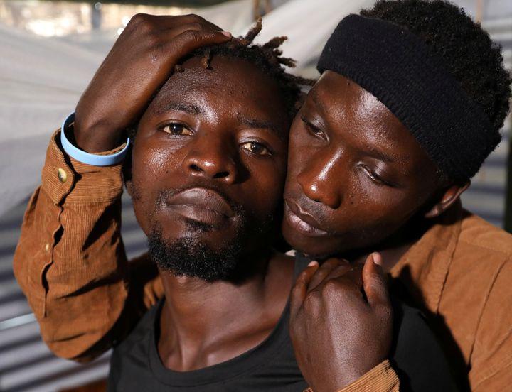 Les réfugiés ougandais Kimuli Brian et Dennis Wasswa, membres de la communauté LGBT), dans le camp de Kakuma, le 22 février 2020. (GORAN TOMASEVIC / X90012)