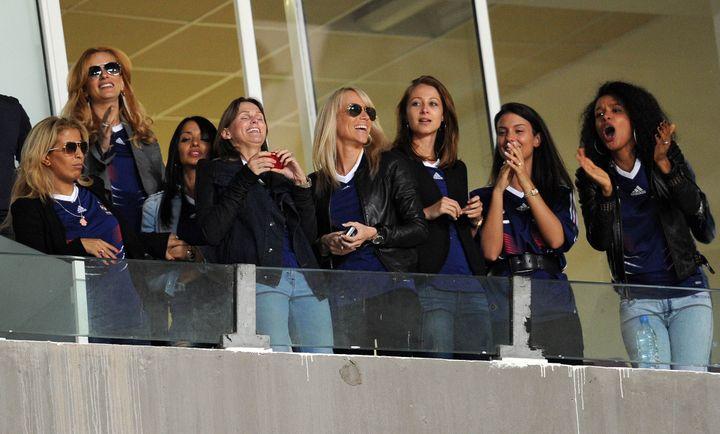 Les femmes des joueurs de l'équipe de France dans les tribunes lors du match amical Tunisie-France, à Radès, le 30 mai 2010. (FRANCK FIFE / AFP)