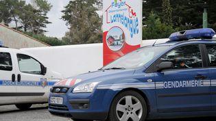 Des véhicules de la gendarmerie et de la police, le 11 mars 2016, à Oléron (Charente-Maritime), au lendemain de la découverte du corps d'Alexia. (XAVIER LEOTY / AFP)