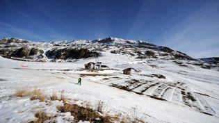 Une piste de ski à L'Alpe d'Huez (Isère), le 16 décembre 2015. (JEAN-PIERRE CLATOT / AFP)