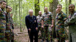 Entouré de jeunes élèves officiers pilotes belges, le vétéran britanniqueRaymond Worrall, qui fut hébergé par les résistants français en 1944, dans la forêt à Villebout (Loir-et-Cher).  (GUILLAUME SOUVANT / AFP)