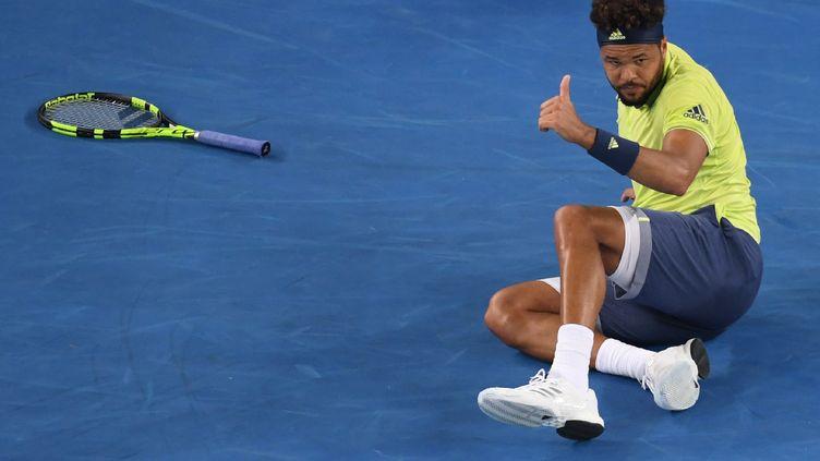 Jo-Wilfried Tsonga à terre, mais au rendez-vous du 1er tour à Melbourne (WILLIAM WEST / AFP)