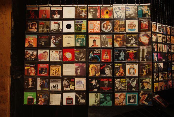 """Un des panneaux de 45T de l'impressionnante collection de Yves Gardes, à l'exposition """"Bowie Odyssée"""" au Palace en 2021. (JD IDEES)"""