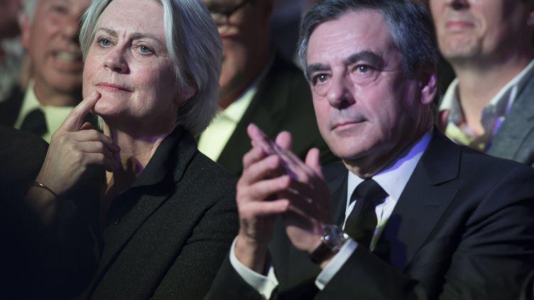 Penelope Fillon aux côtés de son mari, le 9 avril 2017, lors d'une réunion de campagne présidentielle à Paris. (IAN LANGSDON / MAXPPP)