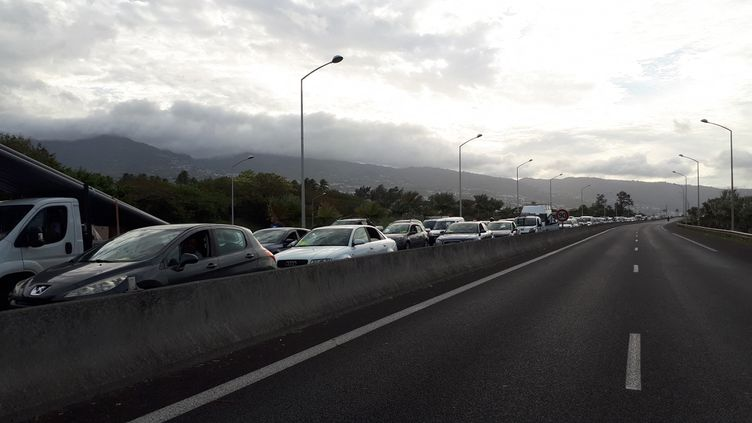 """Mobilisation des """"gilets jaunes"""" à La Réunion. Embouteillage dans la région de Saint-Denis, le 26 novembre 2018. (BENJAMIN MATHIEU / FRANCE-INFO)"""