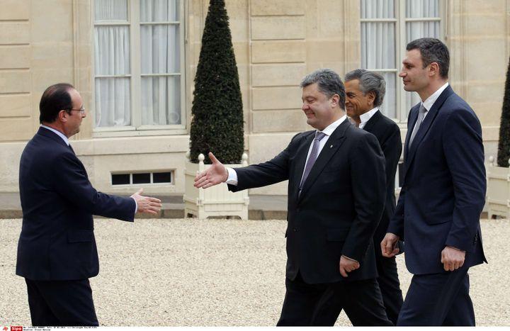 Le président français, François Hollande, reçoit Petro Porochenko (C) et Vitali Klitschko (D), à l'Elysée, le 7 mars 2014. (CHRISTOPHE ENA / SIPA / AP)