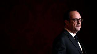 François Hollande lors d'une remise de médailles à l'Elysée, le 1er décembre 2016, quelques heures avant d'annoncer qu'il ne se présenterait pas à la présidentielle de 2017. (REUTERS)