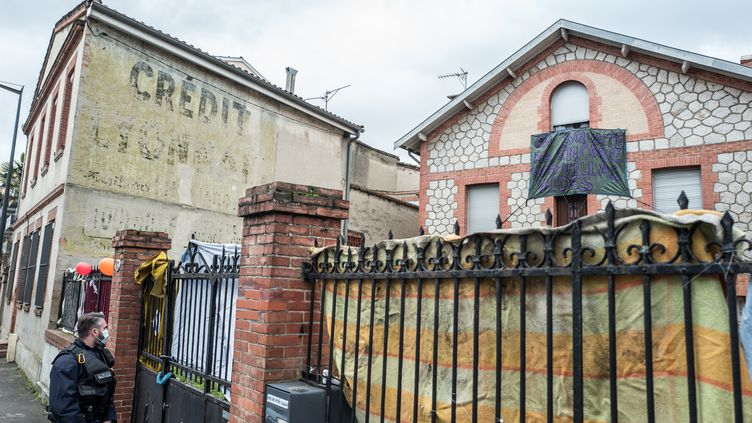 10 février 2021. Toulouse. Des policiers stationnent devant la maison de Roland, 88 ans, dont la maison est squattée par plusieurs occupants depuis des mois. Ce grand-père souhaite vendre son bien afin de financer son arrivée en maison de retraite pour retrouver sa femme. (FREDERIC SCHEIBER / HANS LUCAS VIA AFP)