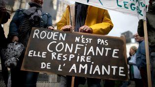 Un manifestant tient une pancarte à l'occasion d'une manifestation, à Rouen (Seine-Maritime), le 1er octobre 2019. (LOU BENOIST / AFP)