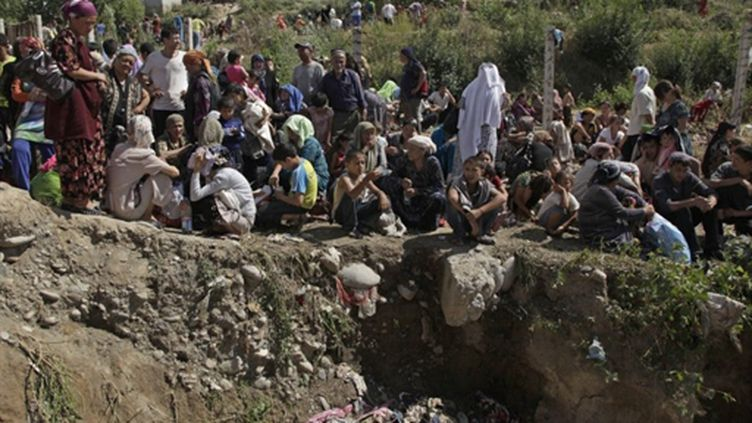 Membres de la minorité ouzbèke réfugiés en Ouzbékistan, le 14 juin 2010. (AFP/OXANA ONIPKO)