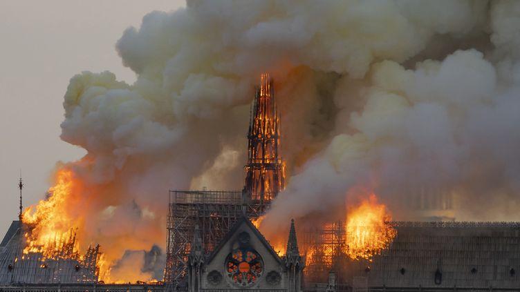 La cathédrale Notre-Dame de Paris est ravagée par les flammes, le 15 avril 2019. (FABIEN BARRAU / AFP)