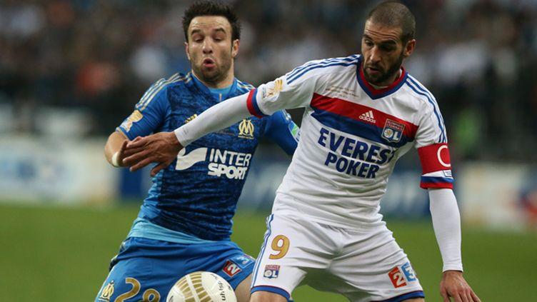 Valbuena (OM) à la lutte avec Lisandro (OL) lors de la finale de la Coupe de la Ligue 2012