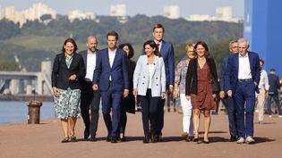 La maire de Paris, membre du Parti socialiste français (PS) Anne Hidalgo (C) entourée d'élus PS, à Rouen, le 12 septembre 2021. (THOMAS SAMSON / AFP)