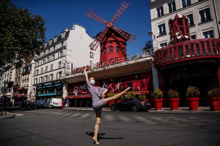 La danseuse et chorégraphe syrienne dansedevantle Moulin Rouge à Paris,le 22 avril 2020 (SAMEER AL-DOUMY / AFP)