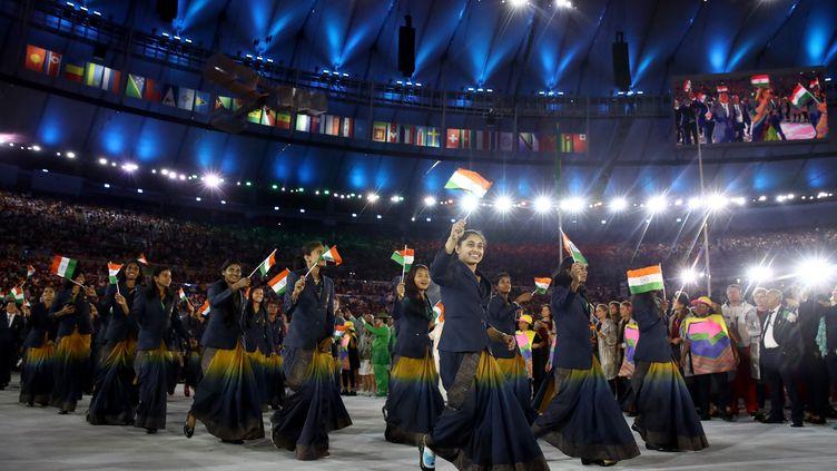 La délégation indienne défile lors de la cérémonie d'ouverture des Jeux olympiques de Rio (Brésil), le 5 août 2016. (CAMERON SPENCER / GETTY IMAGES SOUTH AMERICA)