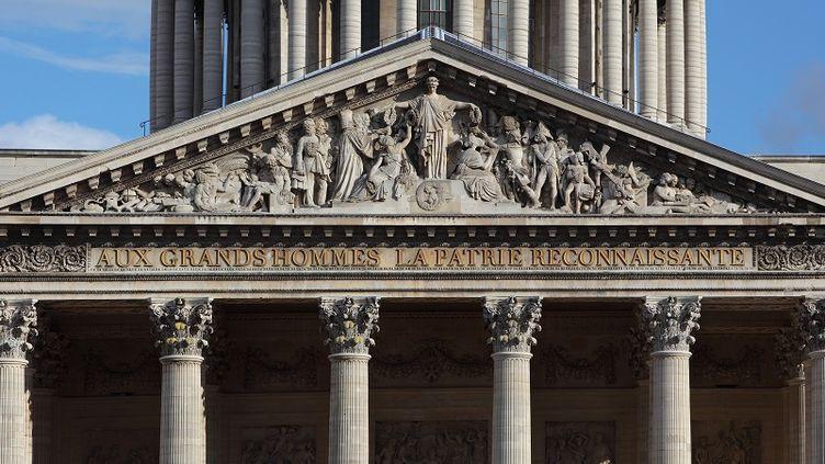 """L'inscription au fronton du Panthéon : """"Aux grands hommes la patrie reconnaissante"""". (MANUEL COHEN / AFP)"""