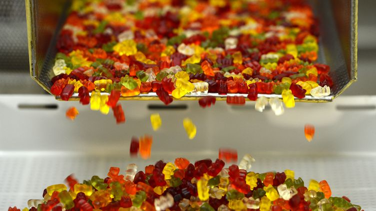 Des bonbons Haribo, dans une usine allemande, le 24 janvier 2013. (PATRIK STOLLARZ / AFP)