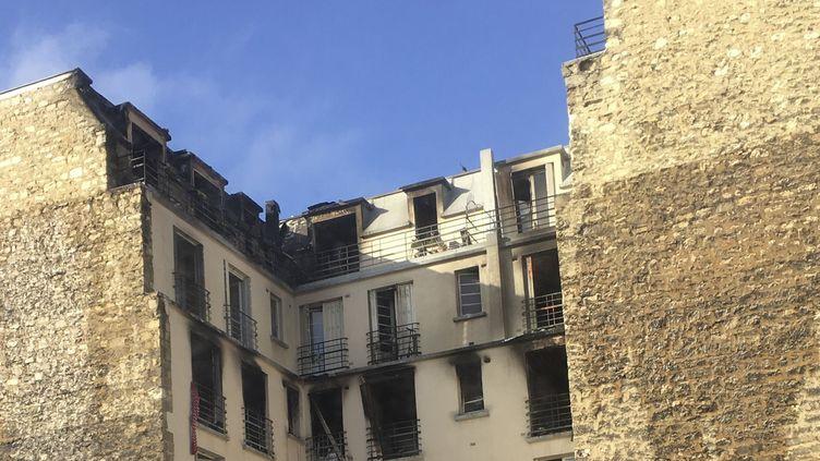 L'immeuble de la rue Erlanger a été ravagé par les flammes. (PHILIPPE DE POULPIQUET / MAXPPP)