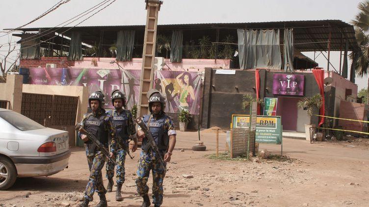 Des soldats maliens patrouillent, samedi 7 mars 2015, devant La Terrasse, un restaurant où cinq personnes ont été tuées dans un attentat, à Bamako (Mali). (HAROUNA TRAORE / AP / SIPA)