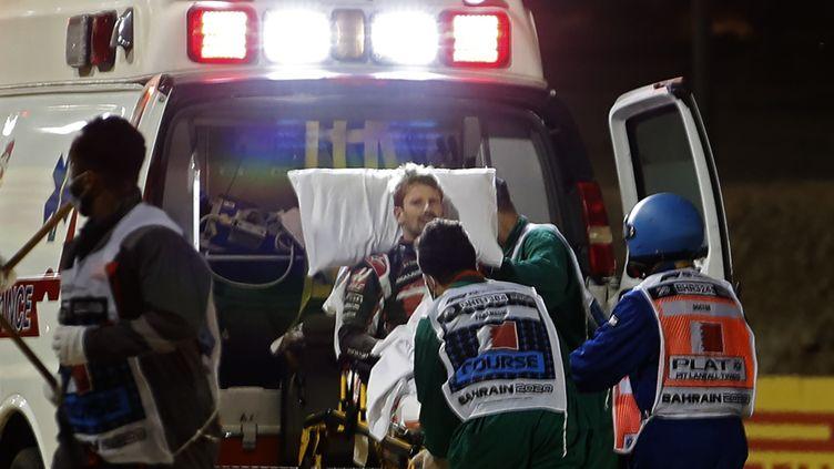 Romain Grosjean pris en charge par les ambulanciers après un spectaculaire accident lors du GP de Bahreïn, dimanche 29 novembre 2020 (HAMAD I MOHAMMED / POOL)