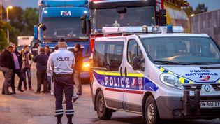 Policiers face aux camions le 5 septembre près de Calais (PHILIPPE HUGUEN / AFP)