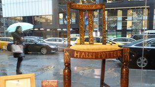 """La chaise sur laquelle J.K. Rowling a écrit les deux premiers tomes de sa série best-seller """"Harry Potter""""  (William EDWARDS / AFP)"""
